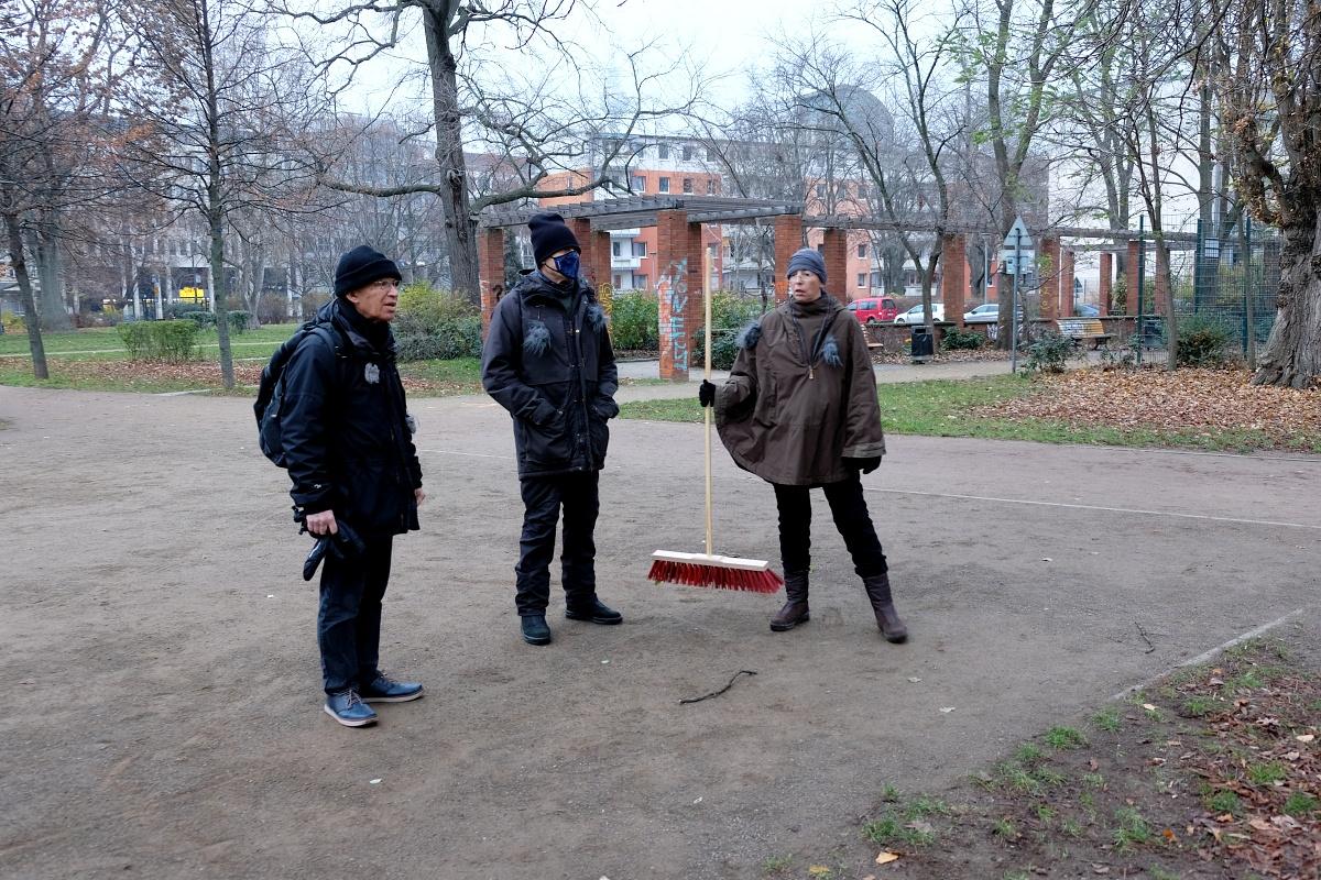 3 mics walking 08 luisenst kirchpark