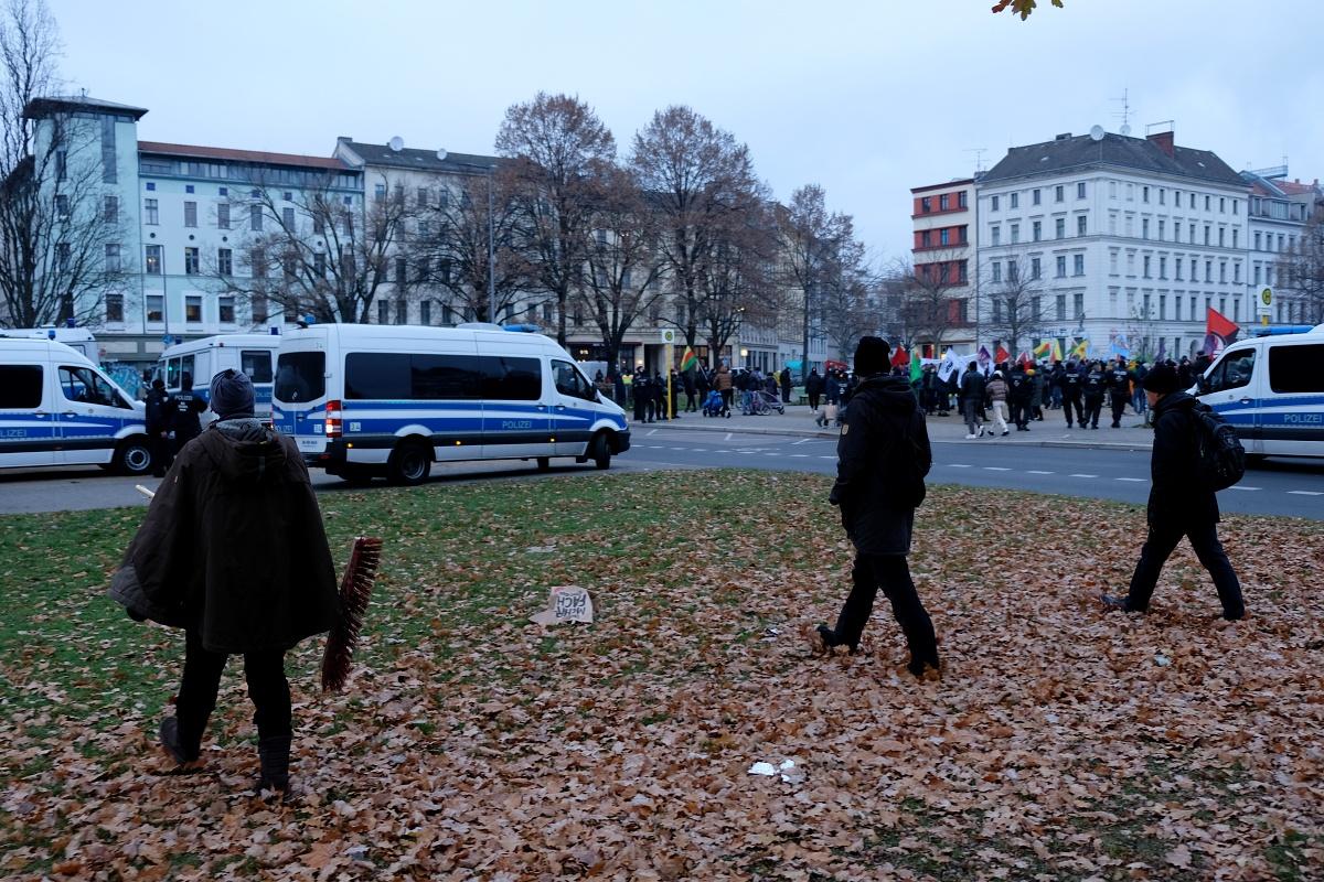 3 mics walking 15 oranienplatz